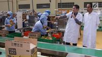 Presiden Jokowi didampingi President Direktur  PT Mayora Group Andre Atmadja meninjau proses pengemasan pabrik Mayora di Cikupa Tangerang, Senin (18/2). Jokowi secara resmi melepas kontainer ekspor ke 250.000 ke Filipina. (Liputan6.com/Fery Pradolo)