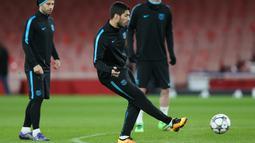 Penyerang Barcelona, Luis Suarez menendang bola saat sesi latihan di Emirates Stadium, Inggris, (23/2). Barcelona akan bertanding melawan Arsenal di leg pertama 16 besar Liga Champions. (Reuters/Matius Childs)