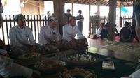 Keluarga besar Kasultanan Kanoman Cirebon selalu menggelar tradisi tawurji dan makan kue apem bersama setiap memasuki bulan Safar. Foto (Liputan6.com / Panji Prayitno)