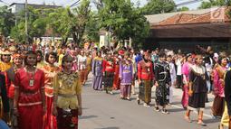 Pasukan berpakaian adat nusantara mengiringi kereta kencana putri Presiden Jokowi, Kahiyang Ayu menuju Graha Saba Buana, Solo, Rabu (8/11). Pernikahan Kahiyang dengan Bobby Nasution diiringi prosesi kirab kereta kencana. (Liputan6.com/Angga Yuniar)
