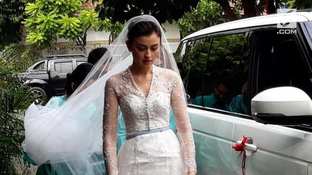 Kimberly Rider berhasil memukau seluruh tamu undangan dengan gaun internasional yang disebut-sebut mirip dengan gaun pernikahan Kate Middleton dengan Pangeran William dari Inggris. Kim dan Kate memang sama-sama cantik ya?