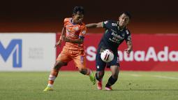 Gelandang Persib Bandung, Febri Hariyadi (kanan) berebut bola dengan gelandang Persiraja Banda Aceh, Vivi Asrizal dalam laga matchday ke-3 Grup D Piala Menpora 2021 di Stadion Maguwoharjo, Sleman, Jumat (2/4/2021). Persib menang 2-1 atas Persiraja. (Bola.com/M Iqbal Ichsan)