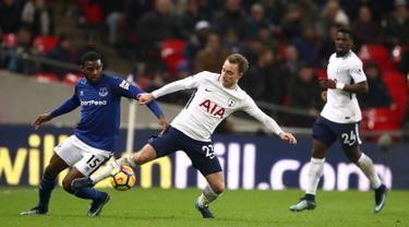Pemain Tottenham Hotspur Christian Eriksen berebut bola dengan pemain Everton Cuco Martina dalam pertandingan Liga Primer di Stadion Wembley, London (13/1). Tottenham menang telak 4-0 atas Everton. (John Walton/PA via AP)
