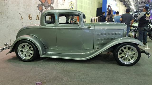 Replika Ford lansiran 1932 di kustom bergaya Hot Rod