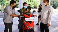 PLT Gubernur Sulawesi Selatan, Bapak Andi Sudirman Sulaiman memberikan 1 unit motor kepada Bapak Safaruddin sebagai bentuk apresiasi