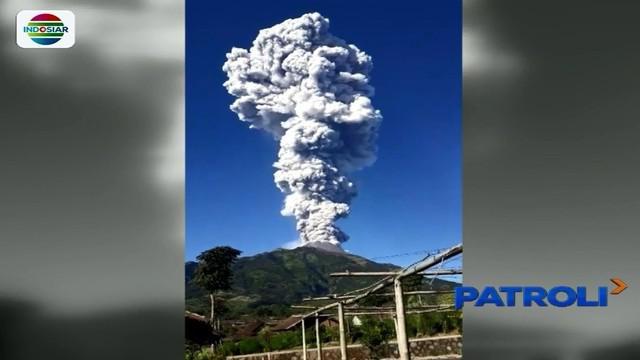 Gunung merapi meletus pada Jumat pagi, warga lereng gunung diimbau menjauhi zona berbahaya dengan radius 3 kilometer.