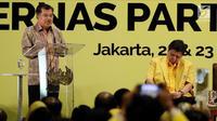 Wapres Jusuf Kalla atau JK ditemani Ketua Umum Partai Golkar Airlangga Hartarto saat menghadiri Rakernas Partai Golkar di Jakarta, Kamis (22/3). JK meminta kader berjuang hadapi Pilkada Serentak 2018 serta Pilpres dan Pileg 2019. (Liputan6.com/JohanTallo)