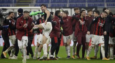Para pemain AC Milan merayakan kemenangan mereka melawan Lazio setelah pertandingan lanjutan Liga Serie A Italia di stadion San Siro di Milan, Italia, Kamis (24/12/2020). AC Milan menang dramatis atas Lazio dengan skor 3-2. (AP Photo / Luca Bruno)