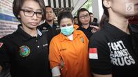 Dhawiya Zaida dikawal petugas saat dihadirkan dalam rilis di Polda Metro Jaya, Jakarta, Sabtu (17/2). Polisi juga menyita 2 alat hisab sabu, 9 cangklong kaca, 4 selang plastik, 4 telepon seluler, dan 1 timbangan digital. (Liputan6.com/Arya Manggala)