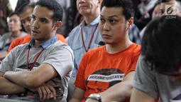 Sejumlah rekan Tio Pakusadewo mengenakan kaos dukungan untuk sang aktor pada sidang pembacaan pledoi di Pengadilan Negeri Jakarta Selatan, Kamis (28/6). Sebelumnya Tio dituntut 6 tahun penjara dan denda sebesar Rp 800 juta. (Liputan6.com/Faizal Fanani)