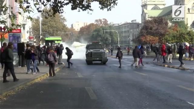 Ratusan pelajar memblokade jalanan di Santiago, Chili. Mereka memprotes pelecehan seksual yang terjadi di sekolah-sekolah.
