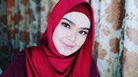 Kabar kehamilan Siti Nurhaliza, disampaikannya langsung lewat unggahan foto dan caption yag tertera di dalamnya. Sontak, orang-orang terdekat serta para penggemar memberikan ucapan serta doa untuknya. (Instagram/cdtk)