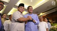 Capres nomor urut 02 Prabowo Subianto (kiri) berjabat tangan dengan cawapres Sandiaga Uno usai memberi ketarangan terkait hasil putusan Mahkamah Konstitusi (MK), Jakarta, Kamis (27/6/2019). MK tak menemukan bukti terkait ketidaknetralan aparatur negara dalam Pilpres 2019. (Liputan6.com/Angga Yuniar)