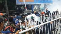 Aksi demonstrasi mahasiswa untuk menolak pengesahan RUU KPK dan RUU KUHP di depan gedung DPRD NTB berlangsung ricuh. (Liputan6.com/Hans Bahanan)