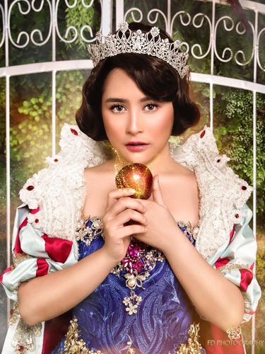 Prilly Latuconsina bergaya ala Snow White (Instagram/ FD Photography)