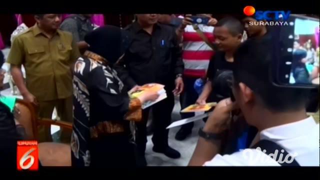 Pelukan hangat diberikan Wali Kota Surabaya Tri Rismaharini kepada salah seorang pelajar yang terjaring razia.