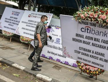 FOTO: Protes Kerusakan Iklim, Kantor Adaro Dikirimi Karangan Bunga