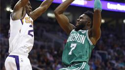 Pebasket Boston Celtics, Jaylen Brown, berusaha memasukan bola saat pertandingan melawan Phoenix Suns pada laga NBA di Talking Stick Resort Arena, Selasa (27/3/2018). Boston Celtics menang 102-94 atas Phoenix Suns. (AP/Ross D. Franklin)