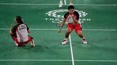 Reaksi ganda putri Indonesia Apriyani Rahayu dan Greysia Polii saat melawan Chen Qing Chen dan Jia Yi Fan dari China pada final badminton ganda putri Olimpiade Tokyo 2020 di Musashino Forest Sport, Senin (2/8/2021). (Pedro PARDO/AFP)