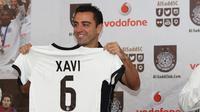 Mantan Gelandang Barcelona, Xavi Hernandez menunjukkan jersey klub barunya Al Sadd saat konferensi pers di Doha, Qatar, Kamis (11/6/2015). Xavi Hernandes akan dikontrak selama dua musim oleh Al Sadd.(Reuters/Naseem Zeitoon)