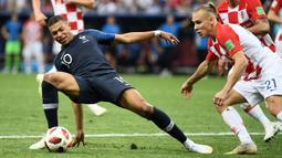 Striker Prancis, Kylian Mbappe, saat berebut bola dengan pemain Kroasia pada laga final Piala Dunia 2018 di Luzhniki Stadium, Moscow, (15/6/2018). Prancis menang 4-2 atas Krosia. (AFP/Jewel Samad)