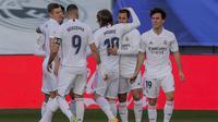 Pemain Real Madrid merayakan gol Marco Asensio pada laga Liga Spanyol melawan Levante di Estadio Alfredo Di Stefano, Sabtu (30/1/2021). (AP Photo/Manu Fernandez)