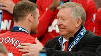 Pelatih Manchester United, Sir Alex Ferguson, berbincang dengan  Wayne Rooney usai melawan Swansea City pada laga Premier League di Stadion Old Trafford (12/5/2013). Pertandingan tersebut sekaligus menjadi momen perpisahan Sir Alex Ferguson bersama Setan Merah. (AFP/Andrew Yates)