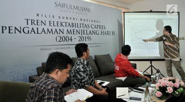 CEO Saiful Mujani Research Consulting (SMRC), Djayadi Hanan memaparkan grafik saat rilis hasil survei nasional Tren Elektabilitas Capres: Pengalaman Menjelang Hari H (2004-2019) di Kantor SMRC, Jakarta, Minggu (7/10). (Merdeka.com/Iqbal S Nugroho)