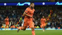 Gelandang Olympique Lyon, Nabil Fekir, merayakan gol ke gawang Manchester City pada laga Grup F Liga Champions, di Etihad, Rabu (19/9/2018). (AFP/Oli Scarff)