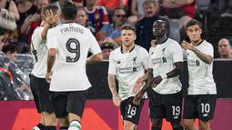 Penyerang Liverpool, Sadio Mane (kedua kanan) melakukan selebrasi bersama rekan-rekannya usai mencetak gol ke gawang Bayern Munchen di semifinal Audi Cup di Allianz Arena di Munich, Jerman (1/8). Liverpool menang 3-0 atas Munchen. (Sven Hoppe/dpa via AP)
