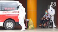 Petugas membawa pasien terindikasi terinfeksi COVID-19 dari ruang rawat Gedung Anton Soedjarwo Rumah Sakit Bhayangkara RS Sukanto menuju ruang rawat khusus COVID-19, Jakarta, Rabu (13/1/2021). Hingga Rabu (13/1/2021) total ada 858.042 kasus Covid-19 terkonfirmasi. (Liputan6.com/Helmi Fithriansyah)