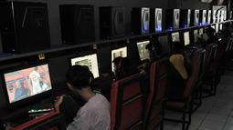 Sejumlah anak bermain game online di salah satu warung internet (warnet) di kawasan Duren Sawit, Jakarta, Senin (23/7). Kecanduan game online atau gaming disorder berisiko tingkat kecemasan tinggi, sulit mengontrol emosi. (Merdeka.com/Iqbal S. Nugroho)