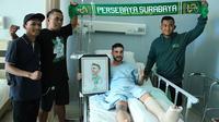 Robertino Pugliara bersama Bonek di Rumah Sakit Orthopedi dan Traumatologi, Surabaya, Selasa (16/10/2018). (Bola.com/Aditya Wany)