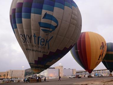 Sejumlah balon udara siap untuk diluncurkan dari Bandara Internasional Ben Gurion, dekat Kota Tel Aviv, Israel, Minggu (25/7/2020). Menurut Otoritas Bandara Israel, balon udara diluncurkan untuk pertama kalinya dari Bandara Internasional Ben Gurion pada 25 Juli 2020. (Xinhua/JINI/Tomer Neuberg)