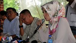 Arzetti Bilbina saat memberikan keterangan kepada media terkait kabar penggerebekan dirinya dari sebuah hotel di Malang beberapa waktu lalu, Jakarta, rabu (28/10/2015). Arzetti menyangkal isu perselingkuhan yang ditujukan kepadanya. (Liputan6/JohanTallo)