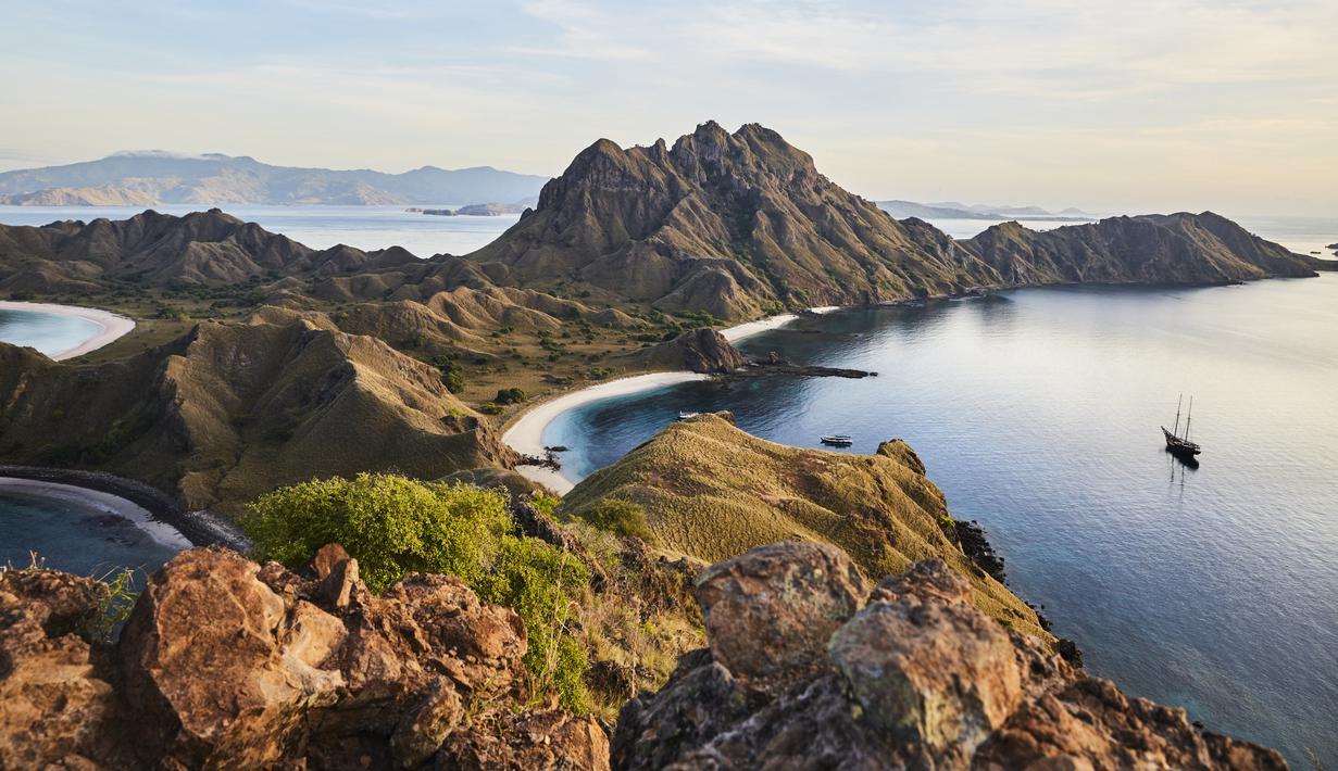 Untuk merasakan keindahan alam yang menakjubkan, Aman menawarkan perjalanan enam hari berlayar dari Bali melalui Laut Flores mencapai Pulau Moyo di Sumbawa. Liburan ini mencakup hiking di hutan hingga snorkeling di permukaan laut.  (Foto: Aman)