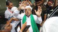 Pimpinan FPI, Muhammad Rizieq Shihab usai menjalani pemeriksaan di Bareskrim, Jakarta, Rabu (23/11). Rizieq diperiksa sebagai saksi ahli dalam kasus penistaan agama yang diduga dilakukan Ahok. (Liputan6.com/Immanuel Antonius)