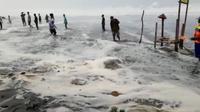 Gelombang pasang setinggi 5-7 meter menerjang pesisir selatan Kebumen dan merusak 120 warung di pantai wisata, Selasa (11/6/2019). (Foto: Liputan6.com/BPBD Kebumen/Muhamad Ridlo)