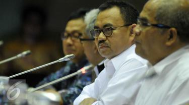 Menteri ESDM, Sudirman Said saat mengikuti Rapat Kerja dengan Komisi VII DPR RI di Kompleks Parlemen, Senayan, Jakarta, Selasa  (12/4). Rapat tersebut membahas Update Perkembangan soal Blok Masela dan Blok Mahakam. (Liputan6.com/Johan Tallo)
