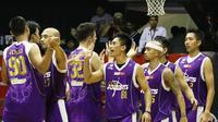 Pemain CLS Knights merayakan kemenangan atas Pelita Jaya 61-56. (bola.com/Arief Bagus)