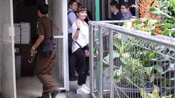 Aktris Roro Fitria menyapa awak media di PN Jakarta Selatan, Kamis (28/6). Dengan rambut dikepang ke samping, Roro menghadiri sidang dengan mengenakan kemeja putih dan celana bahan hitam. dengan agenda pembacaan dakwaan. (Liputan6.com/Faizal Fanani)