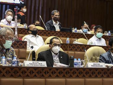 Menteri PUPR Basuki Hadimuljono (kiri), Menteri Perhubungan Budi Karya Sumadi (tengah), dan Mendes PDTT Abdul Halim Iskandar saat rapat kerja membahas Laporan Hasil Pembahasan BPK Semester I dan II/2019 dengan Komisi V DPR di Kompleks Parlemen, Jakarta, Rabu (15/7). (Liputan6.com/Johan Tallo)