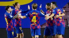 Para pemain Barcelona merayakan gol yang dicetak oleh Luis Suarez ke gawang Espanyol pada laga La Liga di Stadion Camp Nou, Rabu (8/7/2020). Barcelona menang 1-0 atas Espanyol. (AFP/Lluis Gene)