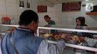 Warga memilih makanan di salah satu warung makan, Jakarta, Senin (26/7/2021). Pemerintah menyesuaikan aturan PPKM Level 4 pada pelaku usaha kuliner dengan mengizinkan menerima pengunjung makan di tempat dengan protokol kesehatan dan waktu makan maksimal 30 menit. (Liputan6.comHelmi Fithriansyah)
