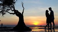 Titi Kamal dan Christian Sugiono di Pantai Walakiri, Sumba Timur. (dok. Instagram @titi_kamall/https://www.instagram.com/p/ByfYAqxhZIF/Dinny Mutiah)