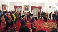 Presiden Jokowi memberi ucapan selamat kepada 17 duta besar yang dilantik di Istana Negara, Selasa (20/2/2018). (Liputan6.com/Hanz Jimenez Salim)