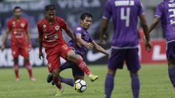 Striker Kalteng Putra, Wusodo Budi, berusaha mempertahankan bola saat melawan Persita Tangerang pada laga Liga 2 di Stadion Pakansari, Jawa Barat, Selasa (4/12). Kalteng menang 2-0 atas Persita. (Bola.com/M. Iqbal Ichsan)