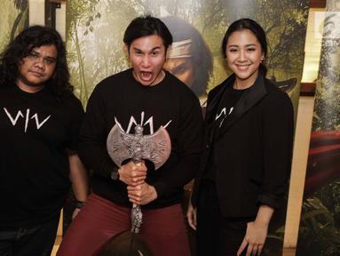 Vino G Bastian bersama Sherina Munaf dan Fariz Alfarazi dalam launching poster karakter film Wiro Sableng 212 di Jakarta, Selasa (13/2). Wiro Sableng diadopsi dari buku silat legendaris karya Bastian Tito. (Liputan6.com/Faizal Fanani)