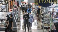 Pengunjung berbelanja di ITC Cempaka Mas, Jakarta, Rabu (4/8/2021). Untuk toko kebutuhan non esensial beroperasi mulai pukul 10.00 WIB-15.00 WIB, sedangkan kategori esensial dan kritikal hingga pukul 17.00 WIB. (merdeka.com/Iqbal S Nugroho)