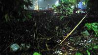 Sampah di Kampung Melayu akibat banjir kiriman dari Bogor (Liputan6.com/ Ika Defianti)